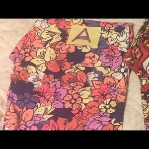 Beautiful NWOT floral TC2 Lularoe leggings